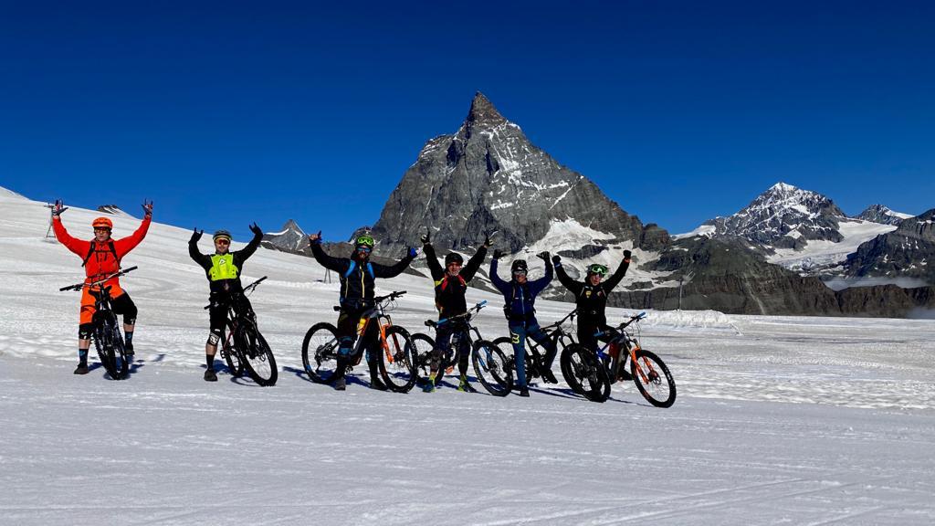 ciclisti sulla neve e cervino