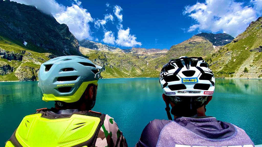 lago con ciclisti