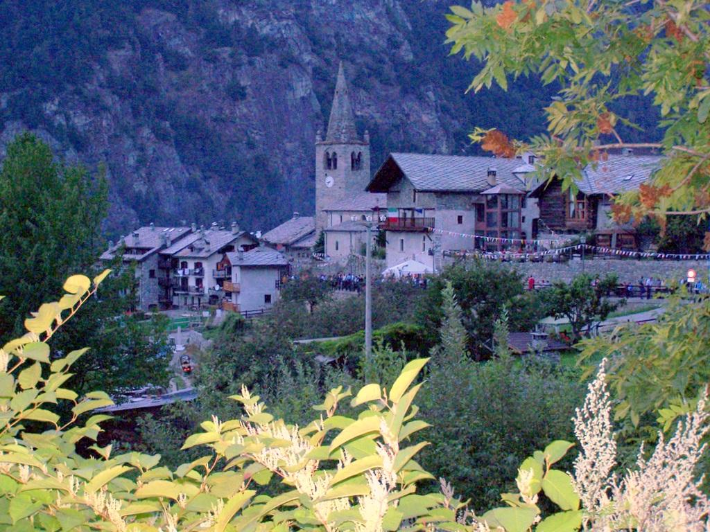 Borgo vecchio con campanile e biblioteca